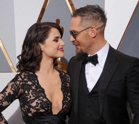 актер Том Харди с женой