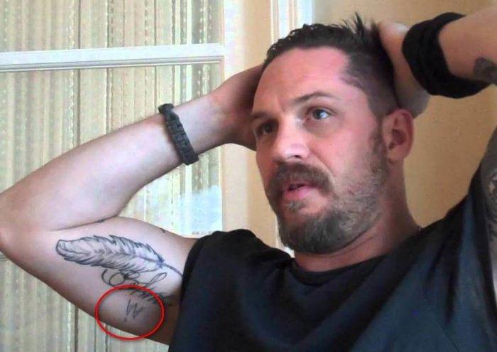 татуировка буквы W у тома харди