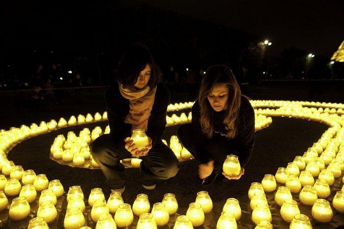 девушки в темноте расставляют свечи