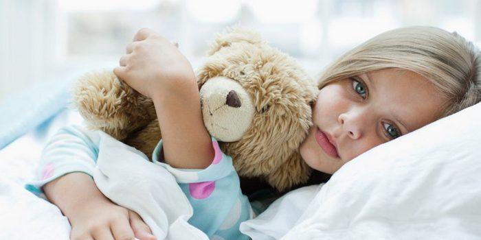 больная раком девочка в постели