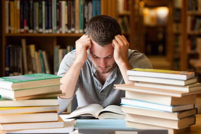 человек читающий книги