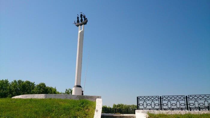 памятник кораблю в селе Дединово