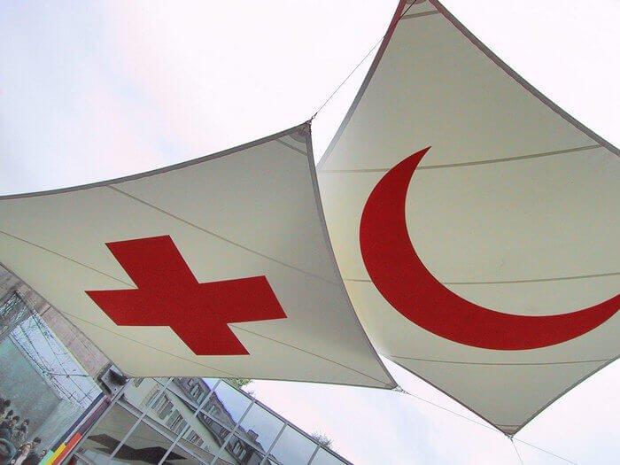 флаги красного креста и красного полумесяца