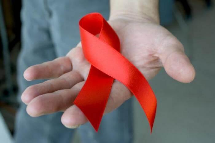 красная лента - символ дня памяти жертв СПИДа