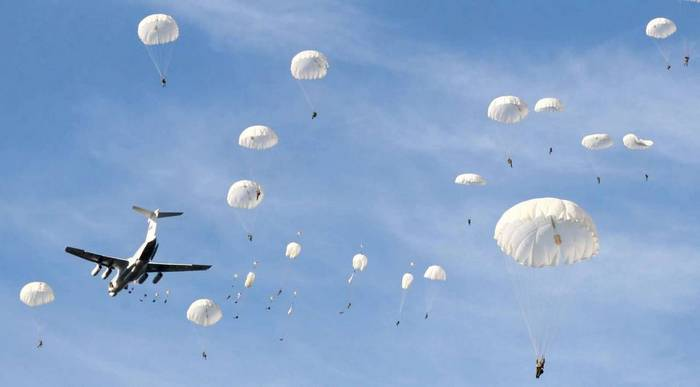 прыжки десантников с парашютами