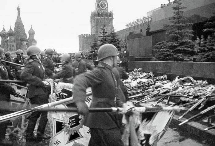 знаменосцы бросают фашистские знамена к Мавзолею