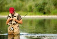 рыбак с удочками на реке