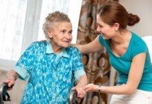 социальный работник помогает пенсионерке