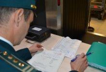 таможенник проверяет декларацию