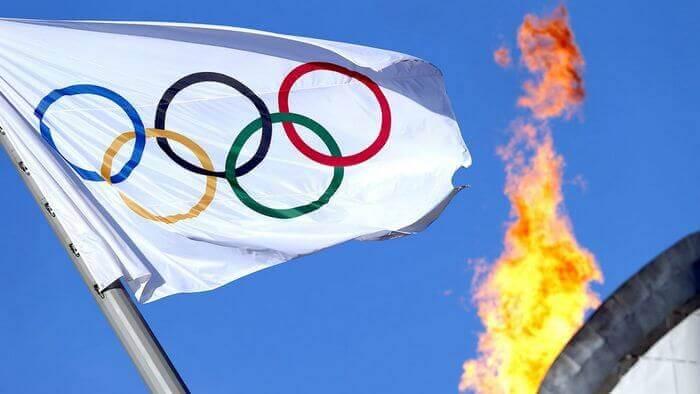 олимпийский флаг и огонь