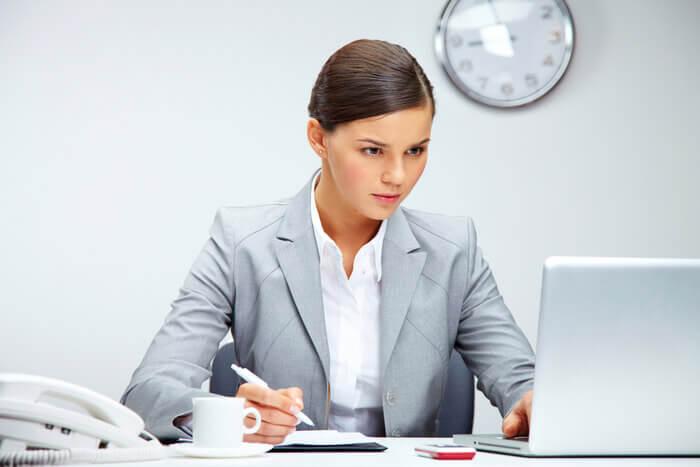 девушка сосредоточенная на работе