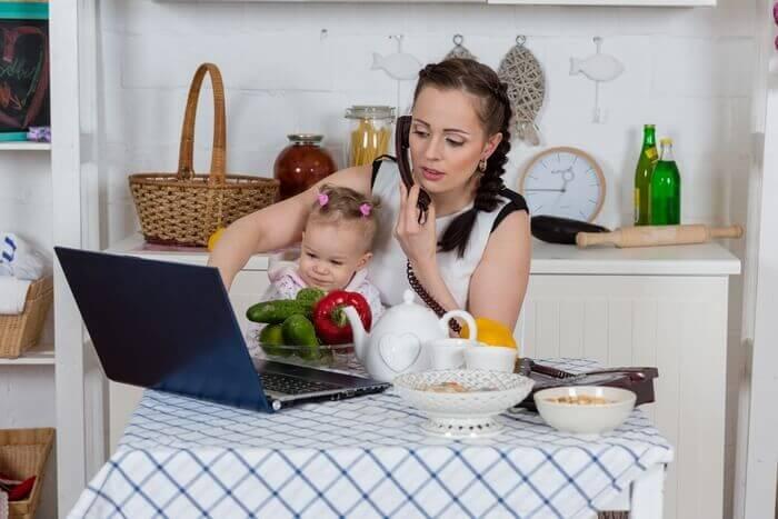 женщина хозяйка с ребенком на кухне